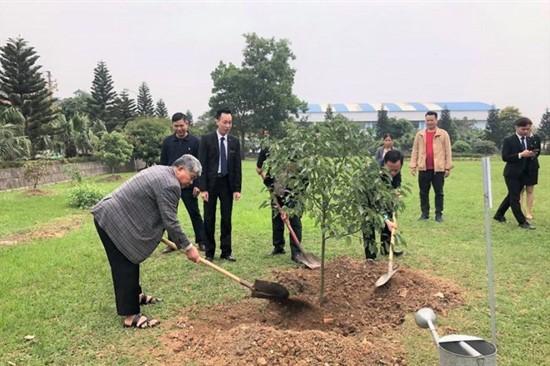 Chủ tịch tập đoàn trồng cây đầu năm mới tại Mường Thanh Grand Bắc Giang